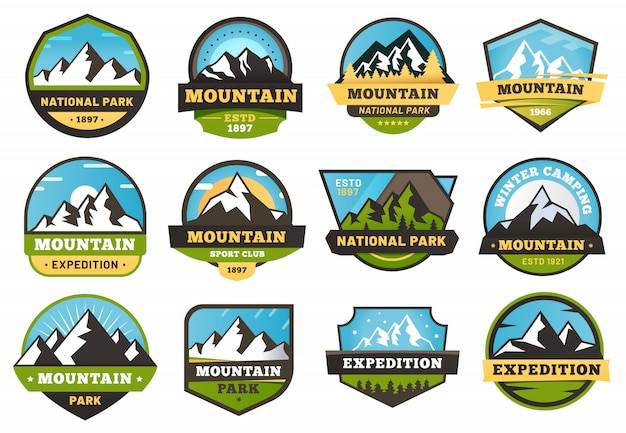 Emblemen in de bergen. buiten reizen labels, bergen wandelen sticker embleem en zomer camping badges illustratie set