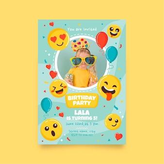 Emoji verjaardagsuitnodiging sjabloon met foto Gratis Vector