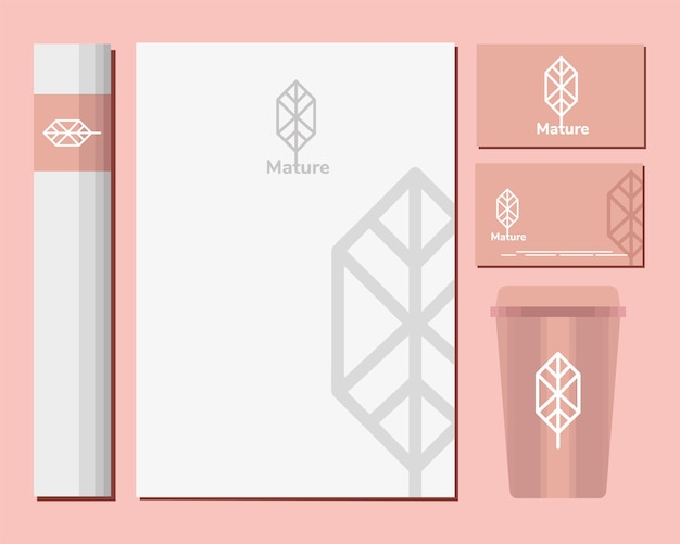 Enveloppen en bundel mockup set-elementen in roze afbeelding ontwerp