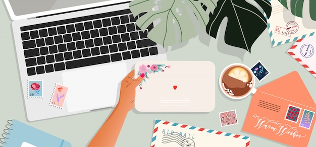 Enveloppen, laptop en postkaarten op tafel. handen met een envelop. bovenaanzicht. wenskaart en een brief in een hand. moderne illustratie voor webdesign en print.