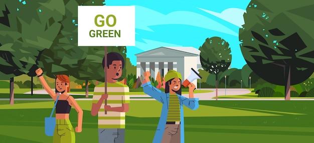 Environmentatrike concept mix race demonstranten campagne voeren ter bescherming van de aarde demonstreren tegen de opwarming van de aarde portret universitaire campus horizontaal