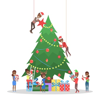 Eople versieren grote kerstboom. gelukkige karakters die zich voorbereiden op nieuwe jaarviering. jongens die een geschenk vasthouden en champagne drinken. illustratie