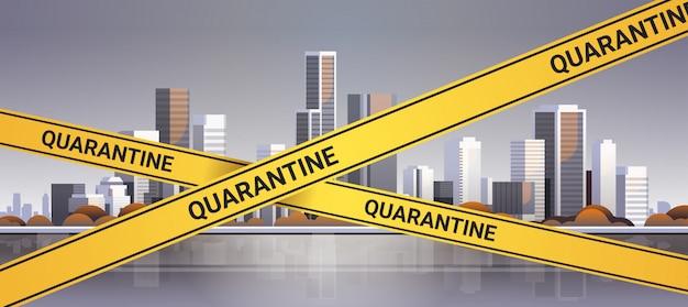 Epidemie mers-cov quarantaine voorzichtigheid op gele waarschuwingstape over moderne stadsgebouwen coronavirusinfectie wuhan 2019-ncov pandemie gezondheidsrisico concept stadsgezicht achtergrond horizontaal
