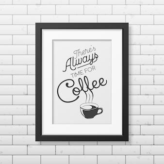 Er is altijd tijd voor koffie - citaat typografisch in realistische vierkante zwarte lijst op de bakstenen muur