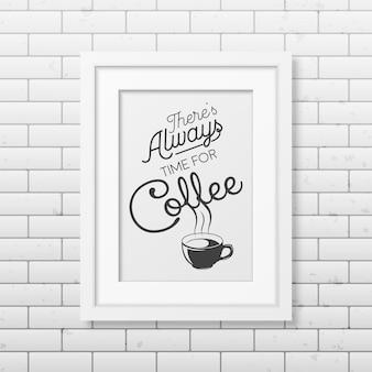 Er is altijd tijd voor koffie - citeer typografische achtergrond in realistisch vierkant wit frame op de bakstenen muur