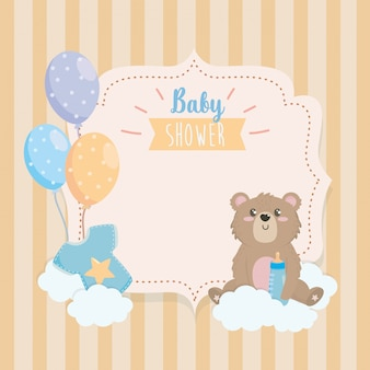 Etiket van teddybeer met zuigfles en wolken