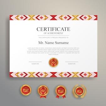 Etnisch ontwerp van certificaat in rode en gouden kleur met gouden badge en rand