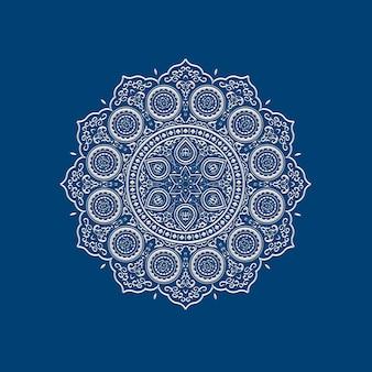 Etnische delicate witte kanten mandala op blauw