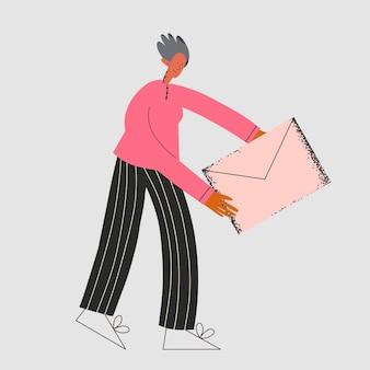 Etnische oudere man op kantoor ontvangt envelop