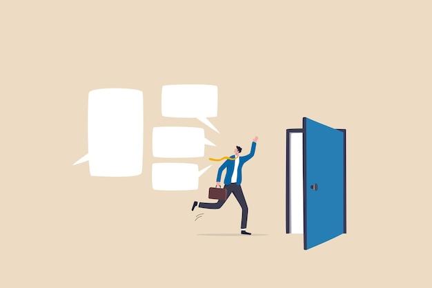 Exit-interview, feedback van werknemers voor vertrek of ontslag, suggestie van het personeel voor hr-human resources-concept, ontslagnemende zakenman-werknemer die op het punt staat de deur te verlaten met een interviewgesprek.