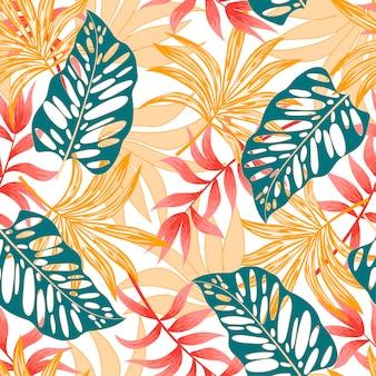 Exotisch naadloos tropisch patroon met kleurrijke planten en bladeren op een witte achtergrond
