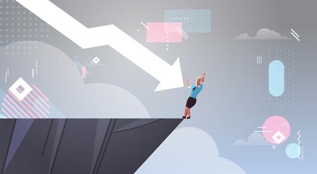 Failliete zakenvrouw in afgrond geduwd door neerwaartse pijl financieel verliest crisis faillissement mislukking recessie investeringsrisico concept volledige lengte horizontaal