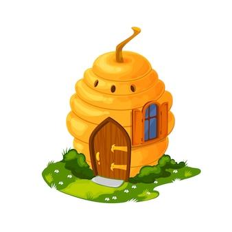 Fairy bee hive cartoon huis of woning. vectorhuis van kabouter, fee of sprookjesprinses, fantasiehuis van magisch bos of tuin in vorm van wilde bijenkorf met venster, deur en schoorsteen