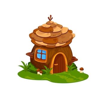 Fairy houten huis of woning van tovenaar. vectorsprookjeshuis voor dwerg of kabouter met houten deur, spinnenweb op venster en kegeldak. schattige cartoon fantasie gebouw op veld met gras en paddestoelen