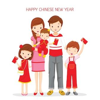 Familie blij met rode envelop, traditionele viering, china, gelukkig chinees nieuwjaar