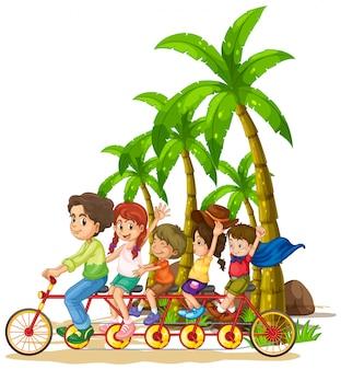 Familie die fiets achter elkaar op het strand berijdt