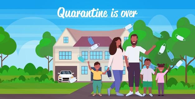 Familie die medische maskers gooit die de quarantaine van het coronavirus vieren, beëindigt de overwinning op het covid-19-concept