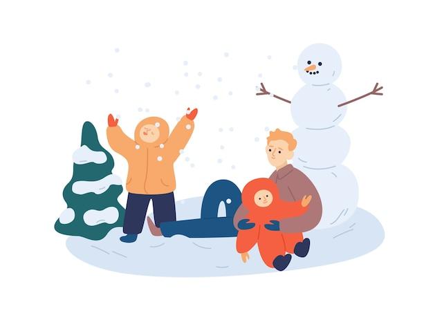 Familie die sneeuwman maakt