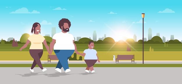 Familie lopen samen stadspark haar moeder en zoon plezier ongezonde levensstijl concept