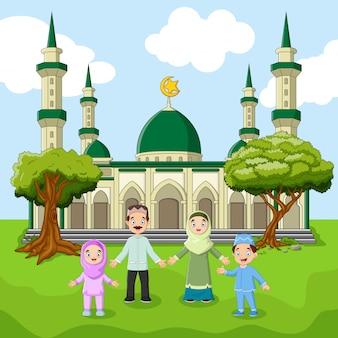 Familie moslim staan voor grote moskee