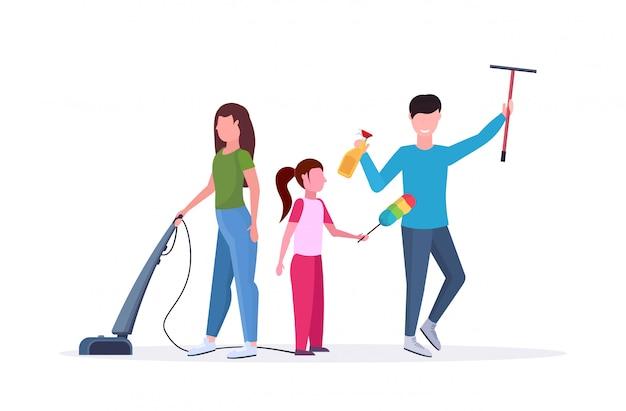 Familie samen huishoudelijk werk doen vader afvegen glazen raam moeder met behulp van stofzuiger dochter afstoffen schoonmaken schoonmaak concept witte achtergrond volledige lengte horizontaal