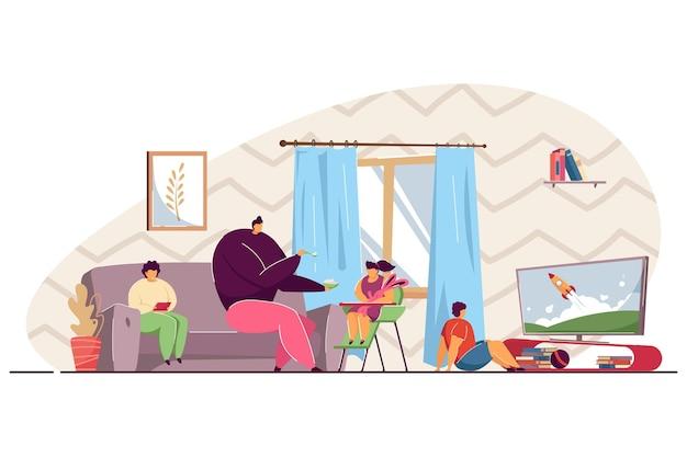 Familie tijd samen doorbrengen thuis. vader die voedsel geeft aan zijn babymeisje, zoon die tv kijkt, moeder die op de bank zit, een boek leest in de platte vectorillustratie van de woonkamer. ouderschap, kinderconcept