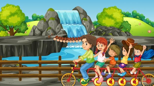 Familie-uitstapje naar de waterval