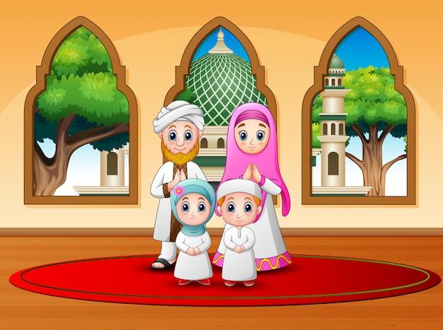 Familie vieren voor eid mubarak in de moskee