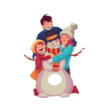 Familieportret van vader, moeder en dochter die een sneeuwpop maken