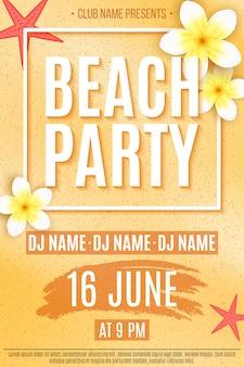 Feestelijke flyer voor een strandfeest. uitnodiging flyer. tropische plumeriabloemen en zeester op strandzand.