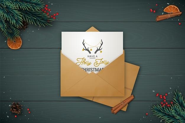 Feestelijke lay-compositie met ambachtelijke envelop.