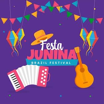 Festa junina celebration concept met muziekinstrument, hoed, lantaarns hangen en bunting vlaggen op paarse achtergrond.