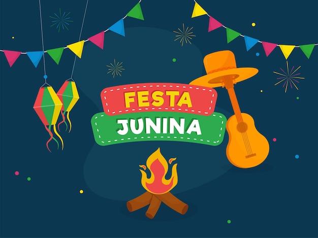 Festa junina concept met vreugdevuur, oranje hoed, gitaarinstrument, lantaarns hangen en bunting vlaggen op blauwe achtergrond.