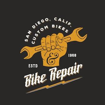 Fiets reparatie vintage logo sjabloon vuist holding moersleutel met retro typografie en shabby texturen.
