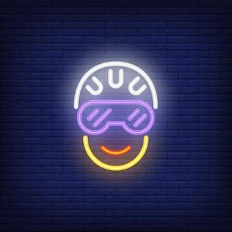 Fietser hoofd in helm en glazen neon teken