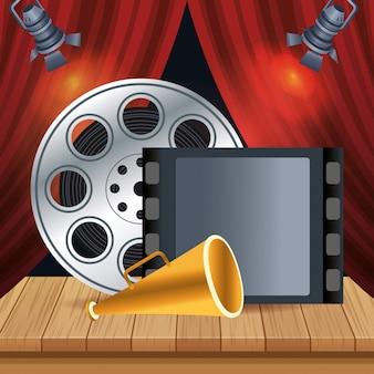 Filmspoelen en regisseursmegafoon op het podium