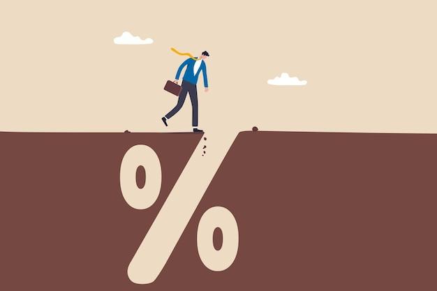 Financiële valkuil, fout of mislukking, hypotheek, lening of schuldenval of risicobeheer, investeringswinst en verliesconcept, zorgvuldige zakenman die diep gat van bankpercentagetekenkuil onderzoekt.