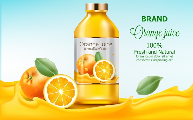 Fles met vers en natuurlijk sap ondergedompeld in vloeiend sinaasappelextract