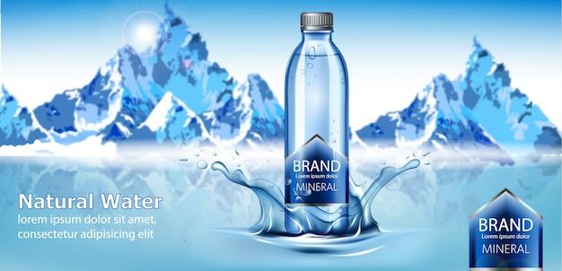 Fles natuurlijk mineraalwater met plaats voor tekst in het midden van een waterspetters