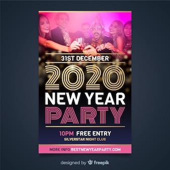 Flyer-sjabloon voor het nieuwe jaar 2020 en mensen op het feest