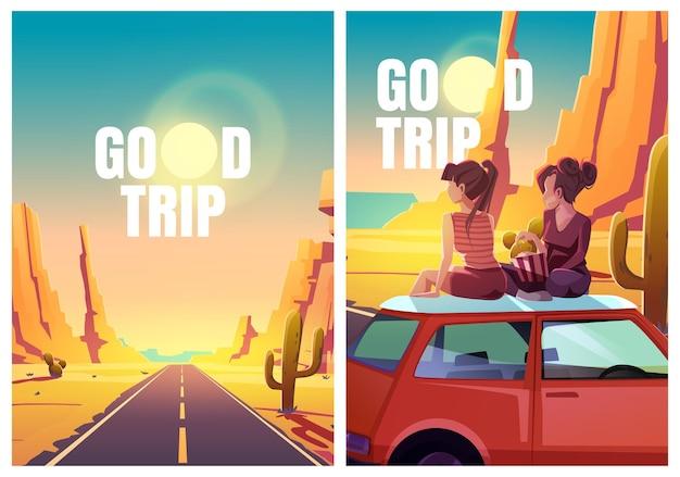 Flyers met meisjes zittend op autodak in woestijn
