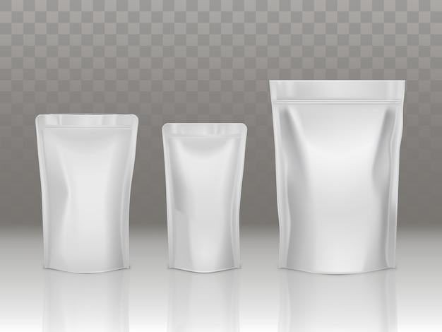 Folie of plastic sachetzak die met klep en verbinding wordt geplaatst die op transparante achtergrond wordt geïsoleerd.
