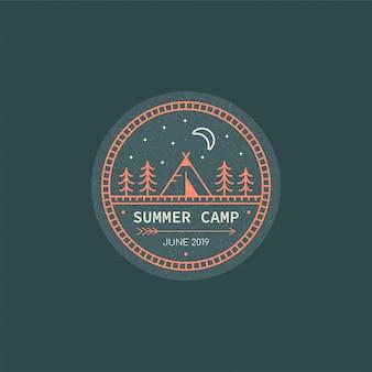 Forest camp-badge. lijn illustratie. trekking, camping embleem.