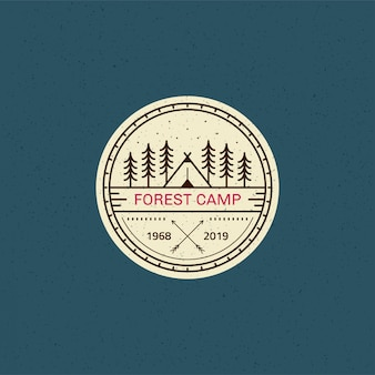 Forest camp-badge. zwart-wit lijn illustratie. trekking, camping embleem.