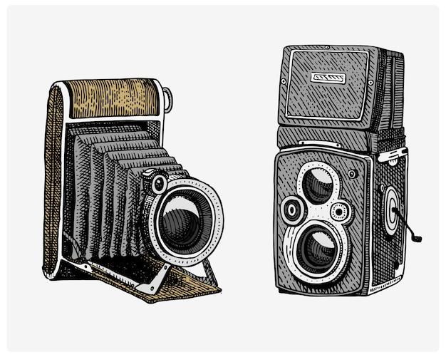 Fotocamera vintage, gegraveerde hand getrokken schets of houtsnede stijl, oud uitziende retro lens, geïsoleerde realistische afbeelding