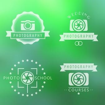 Fotografie, cursussen, fotoschool, fotograaflogo, emblemen, borden op groene onscherpe achtergrond