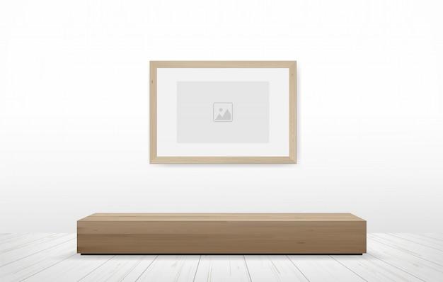 Fotolijst en bank in houten ruimte.