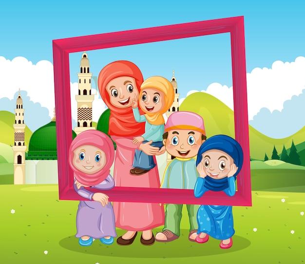 Fotolijst met moskee en gelukkige familie