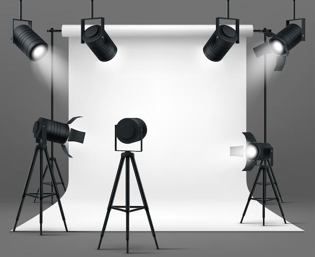 Fotostudio met schijnwerpers en witte achtergrond