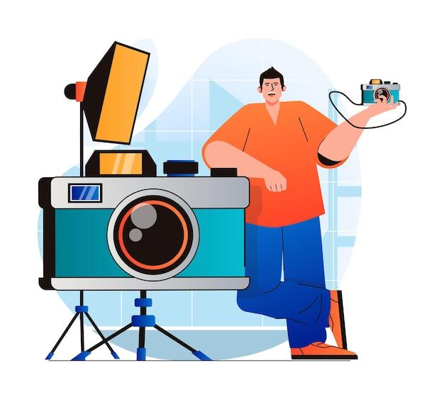Fotostudioconcept in modern plat ontwerp man die bij enorme fotocamera staat werkt